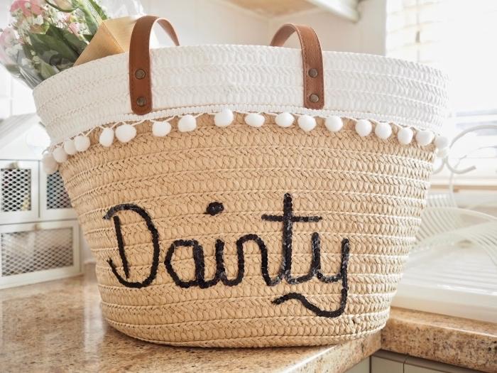 modèle de sac à main en paille avec déco en broderie en petits pompons blancs et poignée en cuir marron, diy déco accessoire de plage