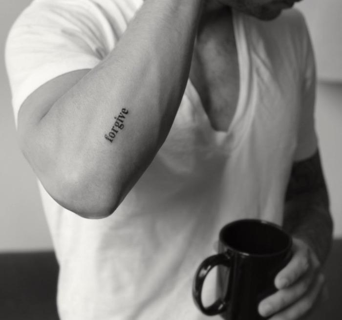 simple tatouage homme avant bras discret mot forgive pardonne pardonner