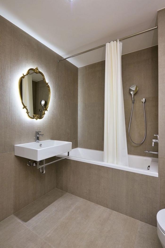 modèle de design intérieur stylé avec revêtement murs et sol en couleur marron et équipement en blanc, modèle de baignoire douche