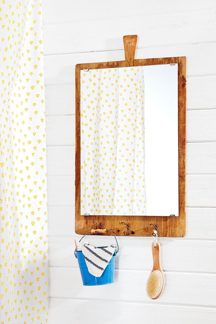 détournement objet vintage en miroir de salle de bains, une vieille planche à découpée recyclée en miroir mural
