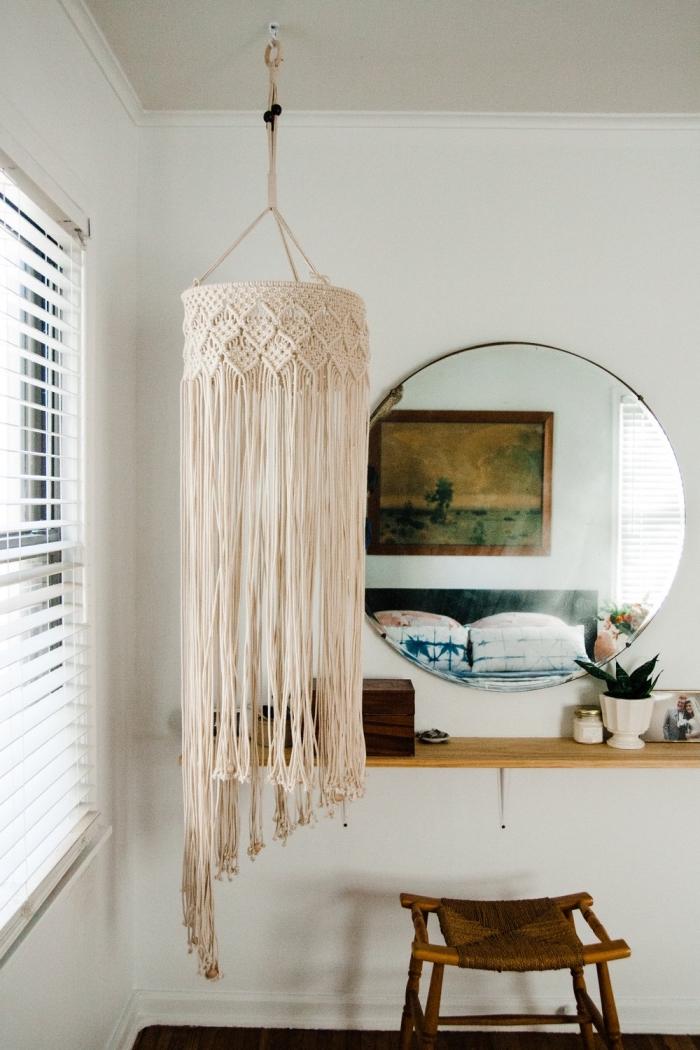 modèle de lustre DIY en macramé fabriqué avec corde et structure abat-jour, déco chambre bohème avec meubles bois