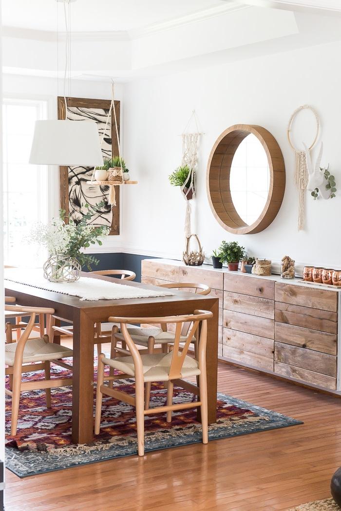déco de salon en style traditionnel avec meubles de bois et tapis ethnique, modèle de macramé suspension pour plante