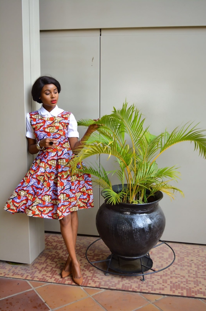 une robe africaine moderne modèle patineuse portée avec une chemise blanche à manches retroussées pour un look ethnique chic dans l'air du temps