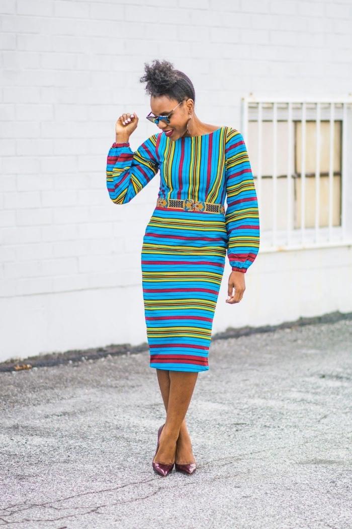 look chic et élégante en robe turquoise de style ethnique chic à rayures colorés et à ceinture intégrée