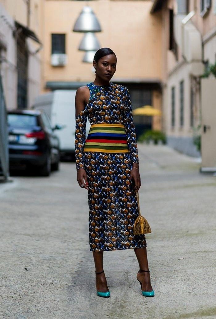 modele de robe africaine haute couture à manches longues asymétriques avec ceinture intégrée à rayures contrastantes