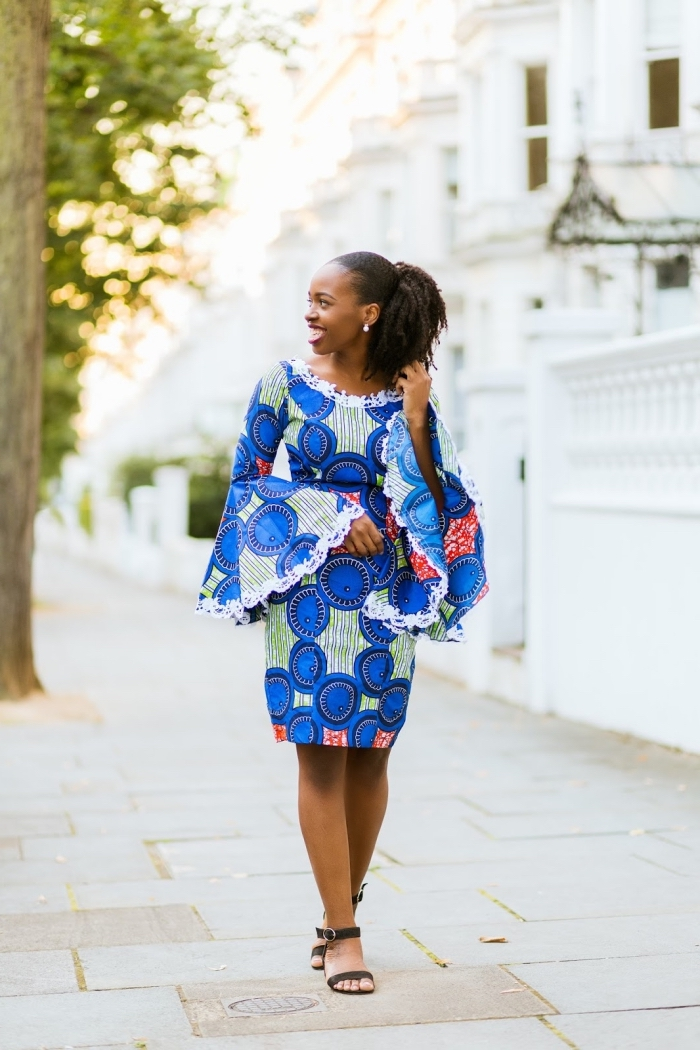 une robe africaine à manches longues évasées et à motifs africains bleu et vert, vetement africain wax à manches de fantaisie