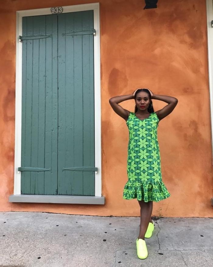 modele pagne africain moderne à volant associé à des baskets vert fluo pour un style casual et décontracté