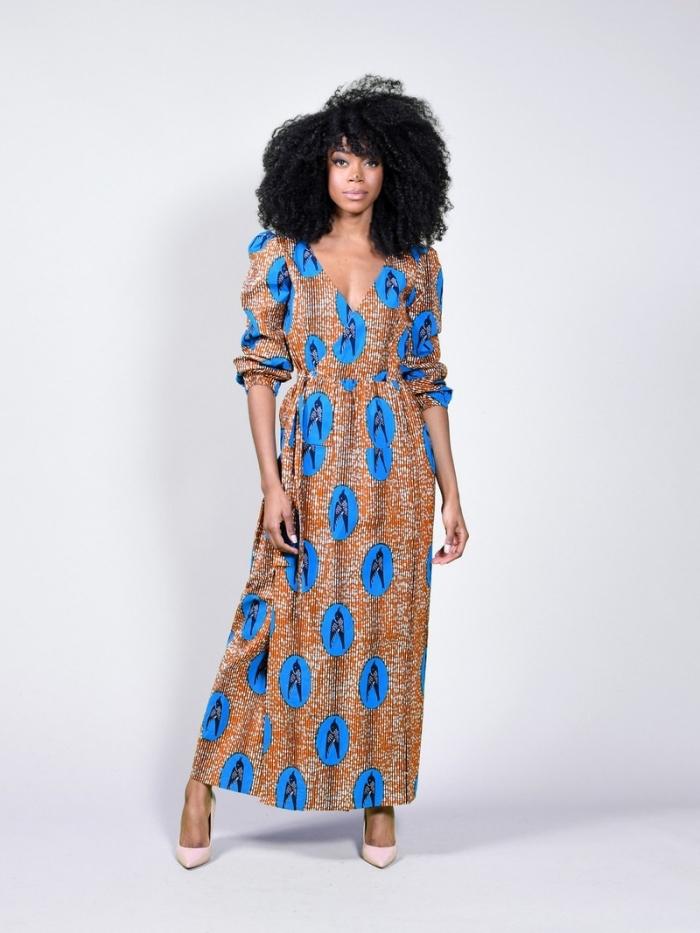 robe chemise longue en tissu wax bleu et marron à motifs hirondelles qui assure un maximum de confort, vetement wax femme moderne idéal pour l'été