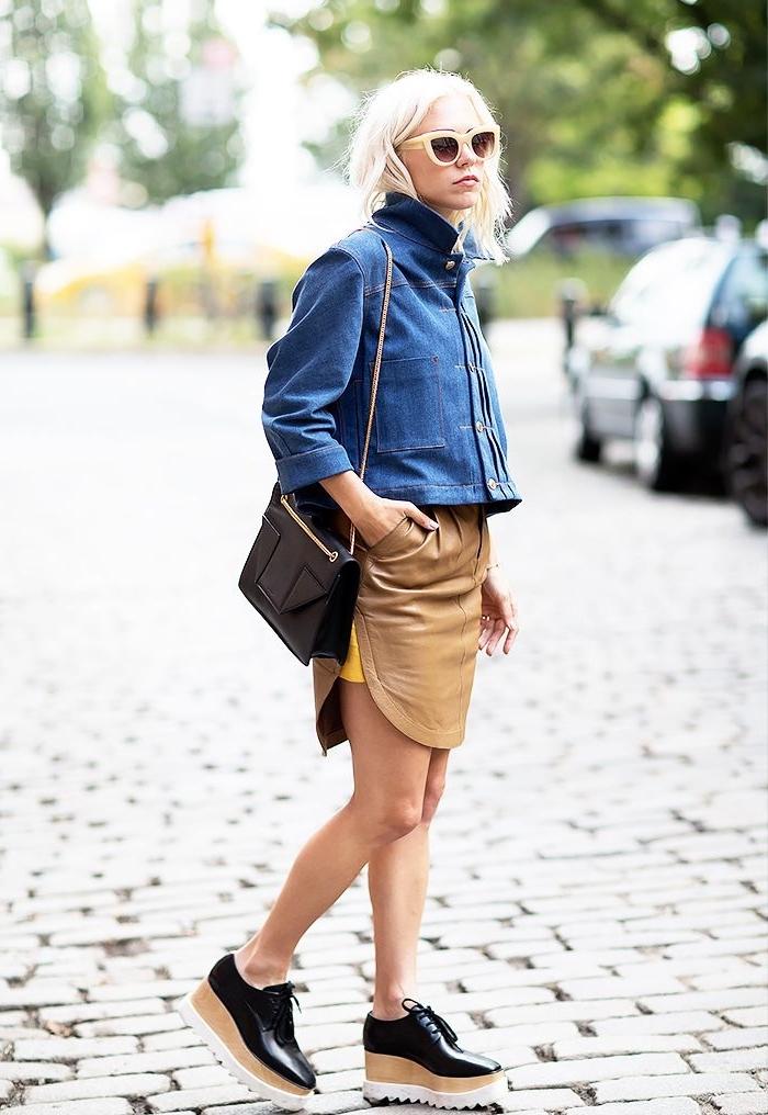 look casual chic en jupe courte en cuir beige combiné avec veste en denim et une paire de chaussures compensées