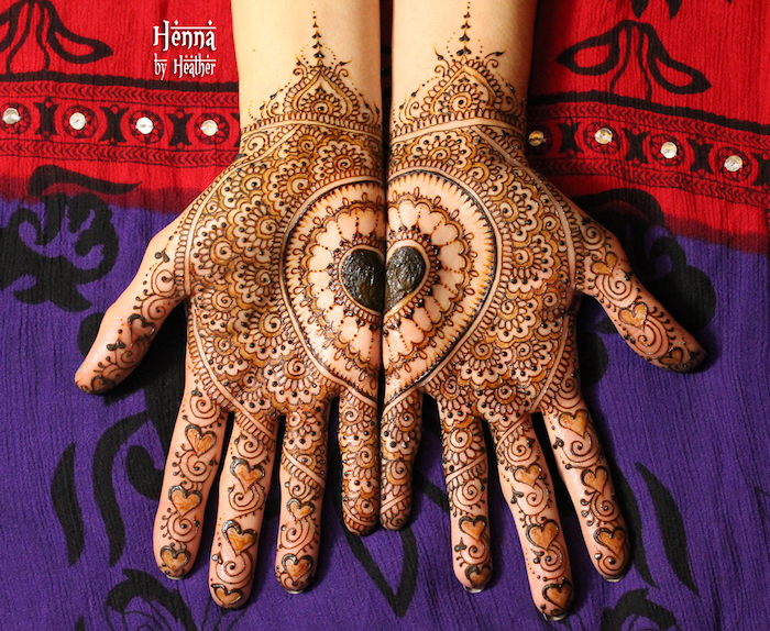 dessous de mains entièrement décorés au henné avec motifs détaillés