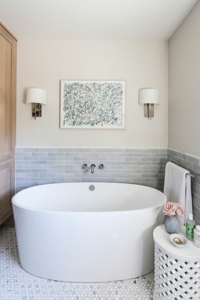 salle de bain 4m2, salle de bain blanche, déco salle de bain zen modele de salle de bain, mur moitié en couleur ivoire et moitié en carrelage gris perle motifs briques