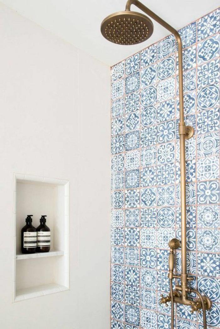 carrelage mural, déco salle de bain zen, douche en métal couleur dorée, niche dans un mur blanc, decoration petite salle de bain