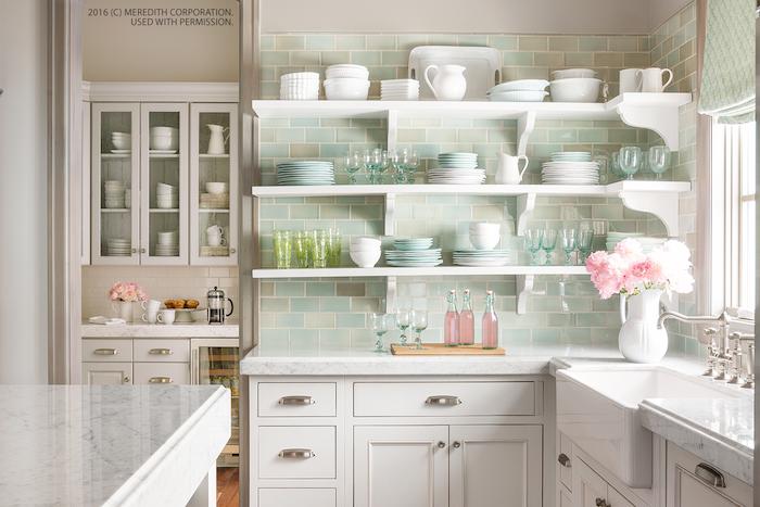 exemple de carrelage bleu credence cuisine, meuble bas en blanc, étagères blanches avec de la vaisselle blanche, bleu et vert pastel