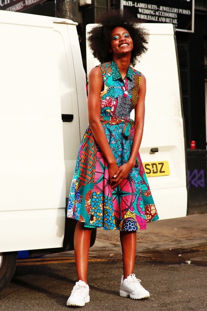 modele wax original, robe midi chemisier à motifs imprimés variés portée de façon casual avec une paire de baskets