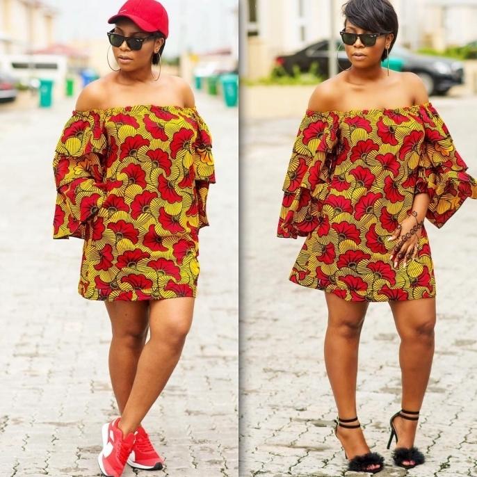 une robe pagne africain fluide aux épaules dénudées et bustier élastique portée de façon casual ou chic