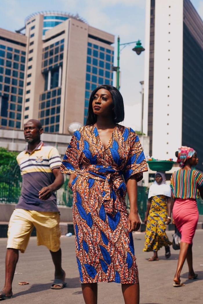 pagne africain moderne, modèle de robe midi portefeuille en tissu wax orange et bleu