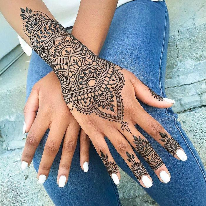 grand tatoo henne sur le poignet type mandala dentelle et fleurs sur les doigts