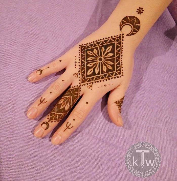 modele de dessin au henné sur la main avec croissant et losange