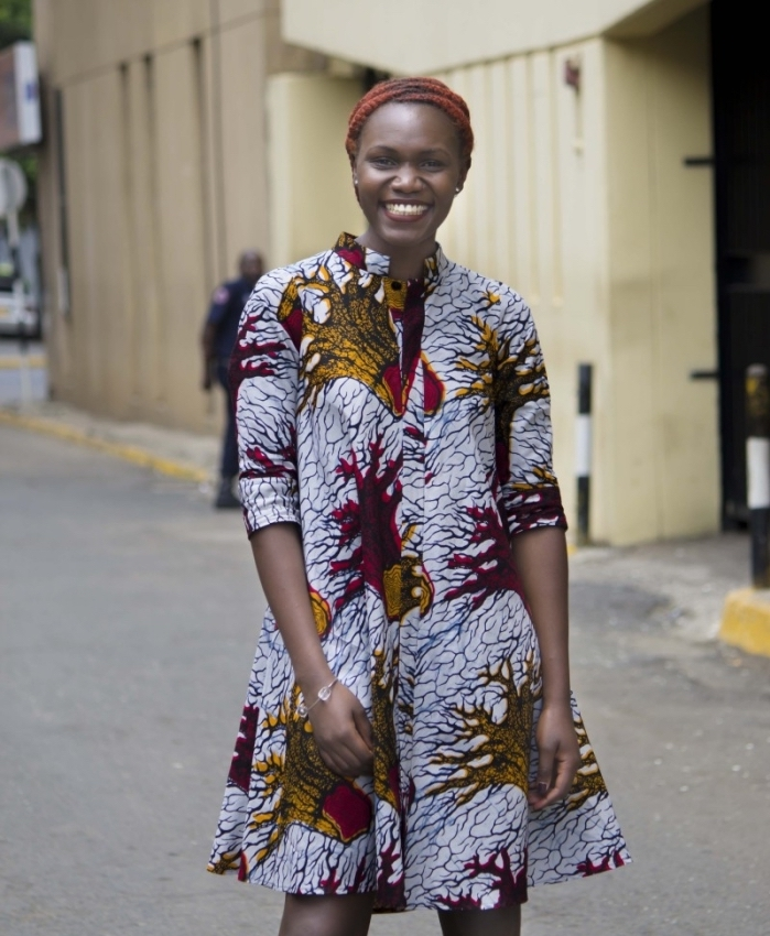 look casual en robe chemisier longueur genou à manche trois-quart à motifs africains originaux, modele pagne traditionnel