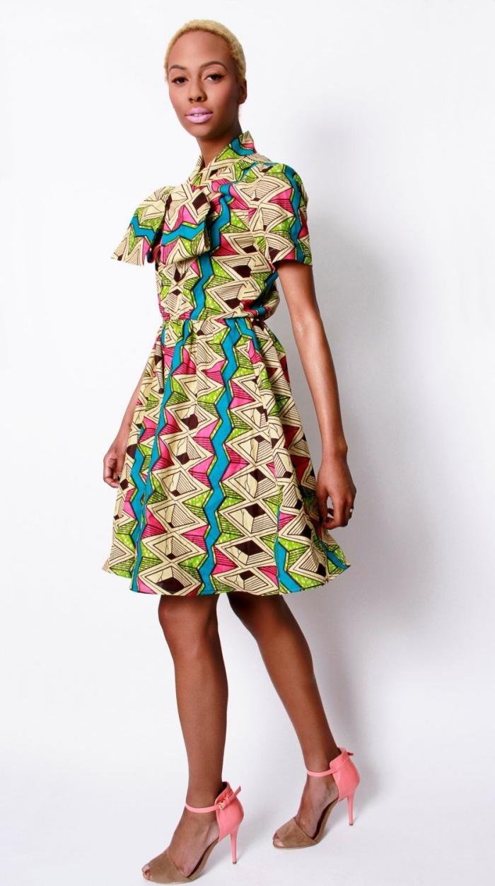 comment associer les imprimés africains colorés avec les couleurs des accessoires, robe patineuse géométrique portée avec des escarpins en même couleurs
