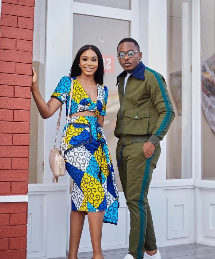 tenue africaine moderne pour un look chic et féminin, robe midi en tissu wax jaune et bleu, avec découpes à la taille