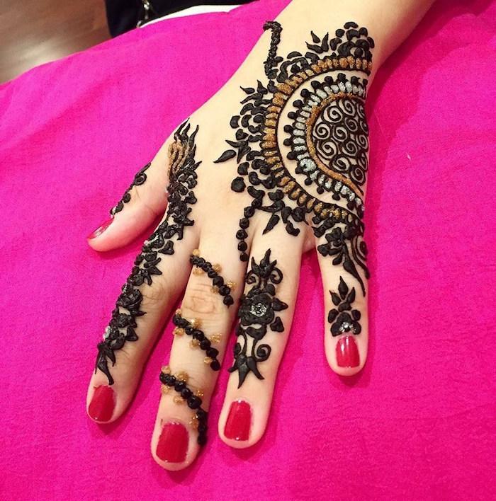 main tatouée au henné noir et doré avec dessins et motifs façon bijoux
