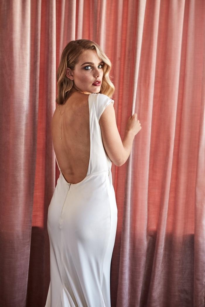 la simplicité de cette robe de mariée sirène à tombé parfait est contrebalancée par un joli décolleté dos rond