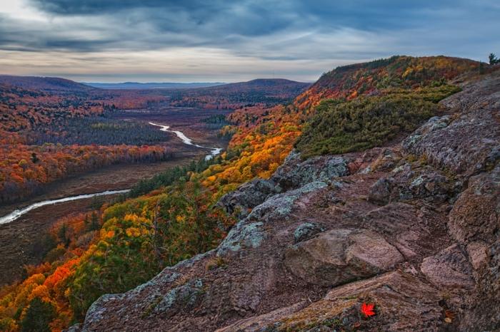 images d'automne pour fond d'écran, une rivière qui serpente, feuille flamboyante sur une roche