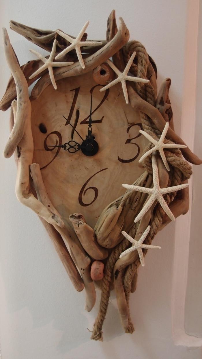 horloge en bois décoré de pièces de bois flotté, étoiles de mer au bord