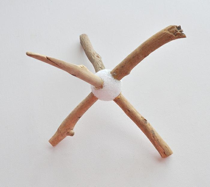 diy bois flotté, déco récup à faire soi-même, morceaux de bois flotté et boule polystyrène