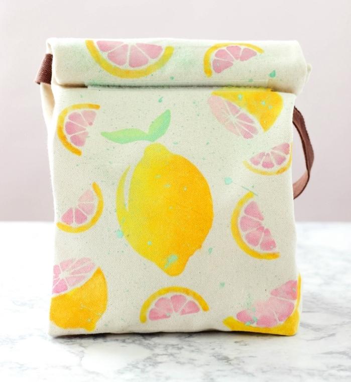 exemple d'objet DIY facile avec un tote bag en tissu vert pastel avec peintures citron en teinture pour textile