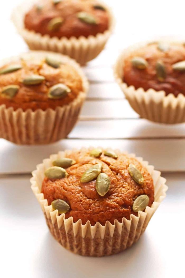 recette de muffins à la courge minceur de farine de noix de coco, décorés avec des graines de citrouilles, petit gateau a la citrouille idéal pour un petit déjeuner ou une collation équilibrée