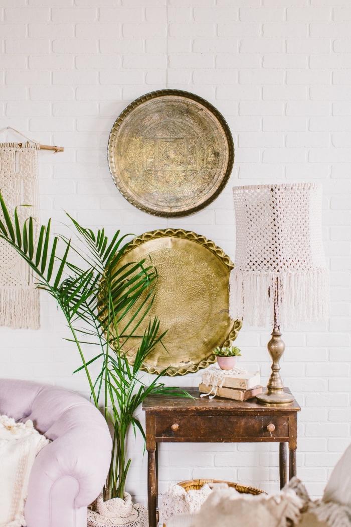 accessoires ethniques pour intérieur bohème chic, modèle de lampe à poser à design macramé, suspension murale DIY en noeuds macramé