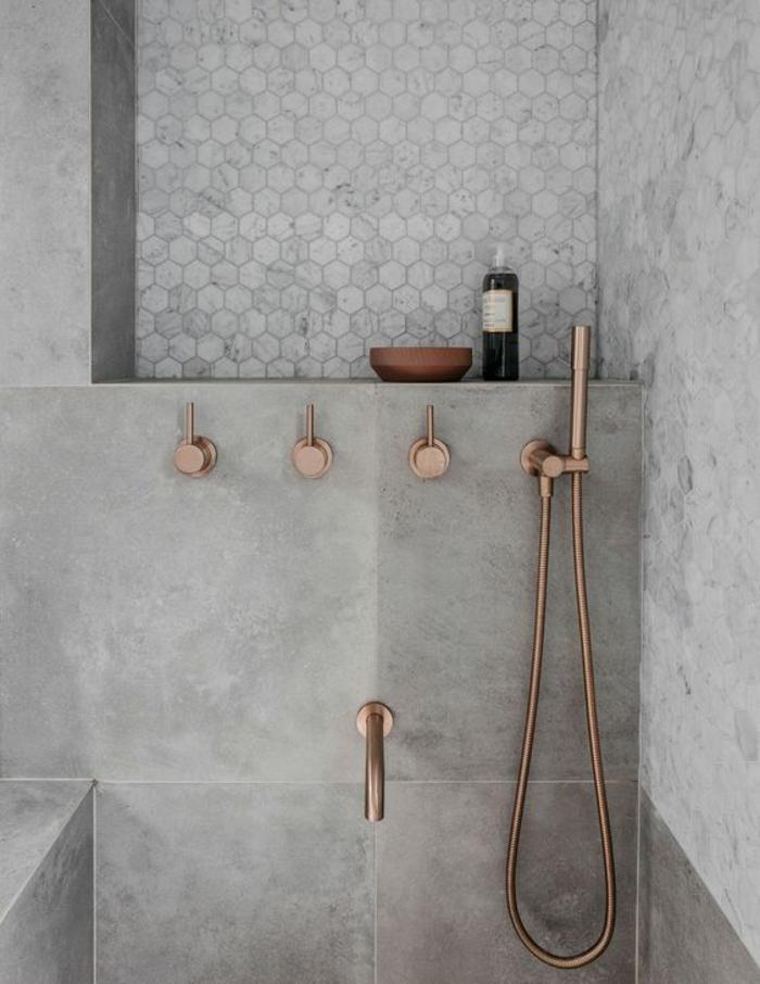 déco salle de bain zen, idee salle de bain zen, petite salle de bain moderne, murs en grès gris, éviers en couleur de bronze, mur en motifs de ruches gris pastel