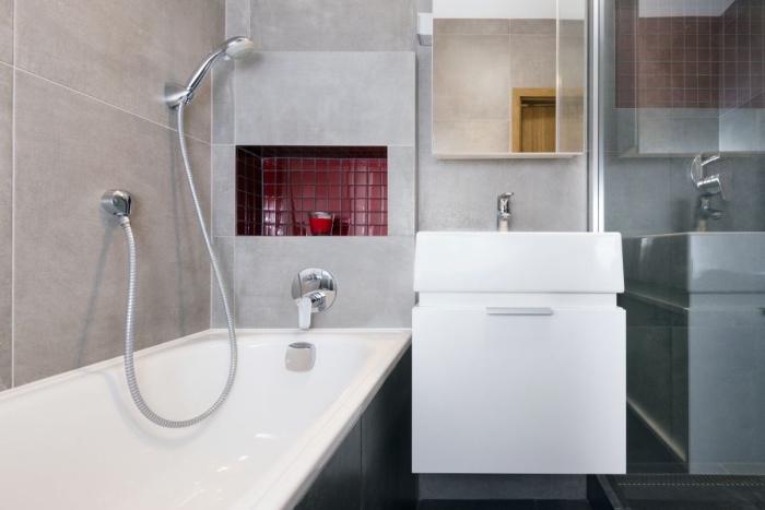 idée rangement gain place mural avec niche, modèle petite salle de bain avec baignoire douche et meuble sous vasque