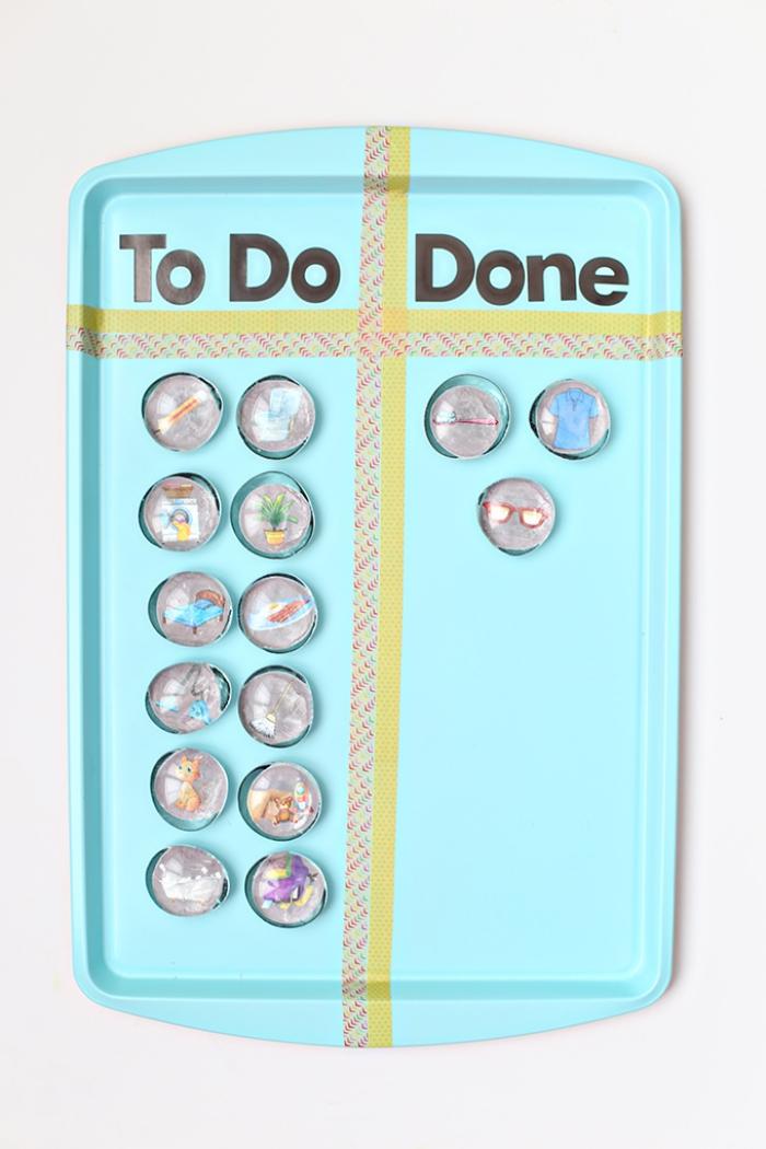 un plateau de service détourné en tableau magnétique bleu turquoise décoré avec des bandes de washi tape, idée déco murale avec un objet détourné