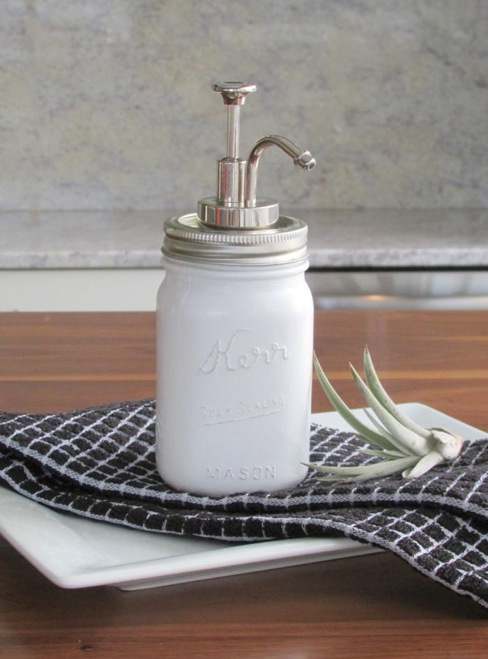 idée originale de détournement objet de récup, bocal en verre recyclé en distributeur de savon