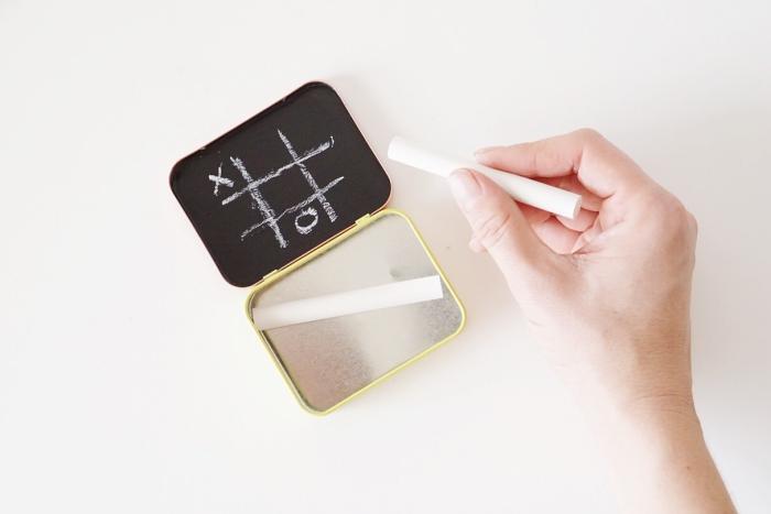 idée de detournement objet original, une petite boîte à bonbons en métal transformée en mini-tableau en ardoise