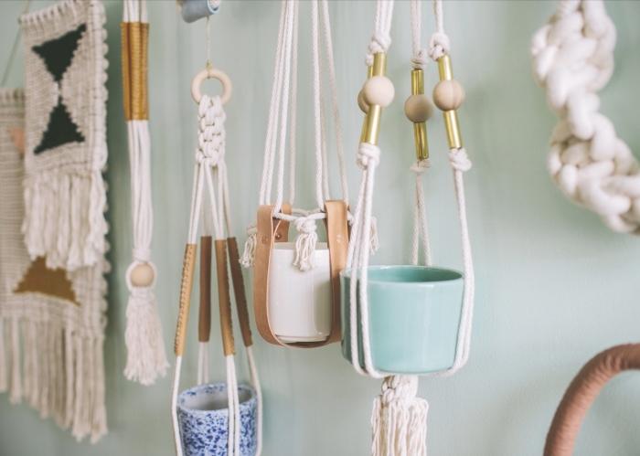 modèle de suspension en noeuds macramé et perles de bois DIY, idée activité manuelle maternelle avec corde et tissage