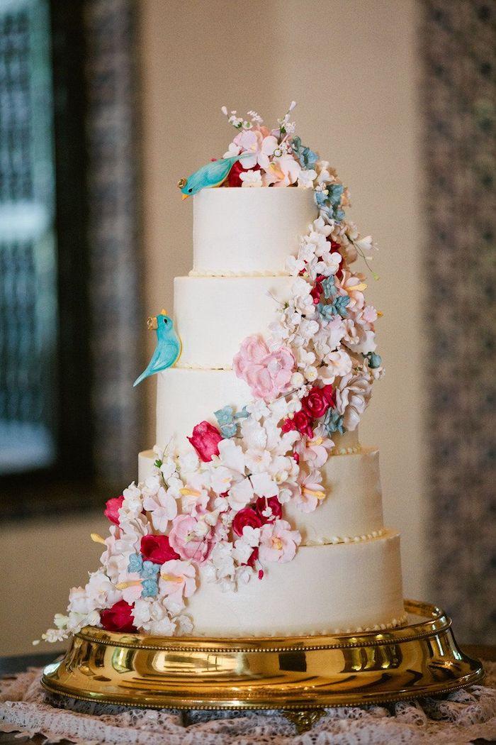 Gâteau de mariage à étages, idée originale gateau avec figurines d'oiseaux et guirlande de fleurs, mariage gateau