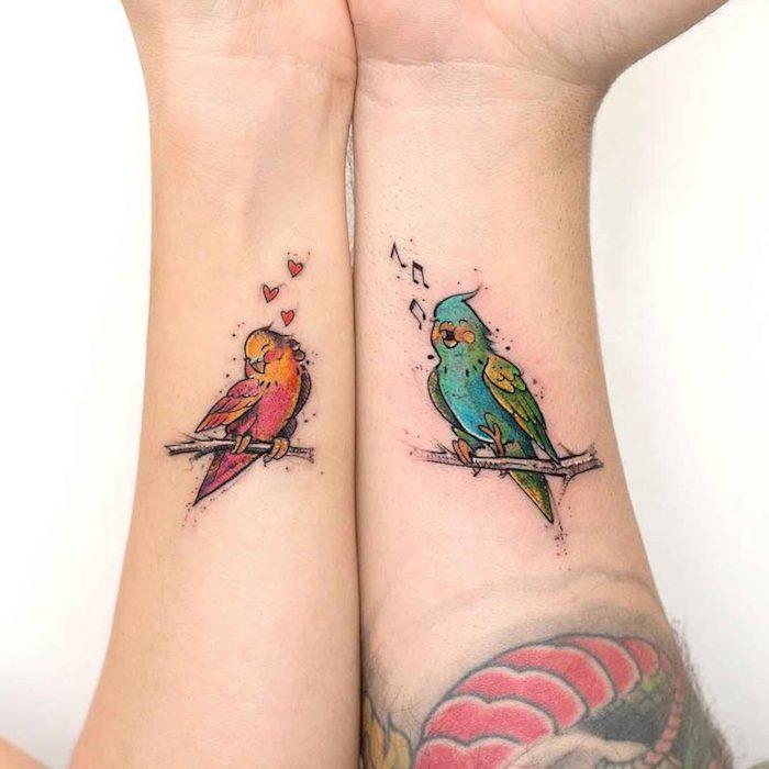 tatouage complémentaire oiseaux amoureux, tatouage couple discret, belle image coloré d'oiseau qui chante pour un autre oiseau