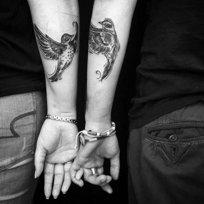 tatouage couple sur l'avant bras, oiseaux amoureux tatouage, idée pour les amoureux qui aiment les tatouages