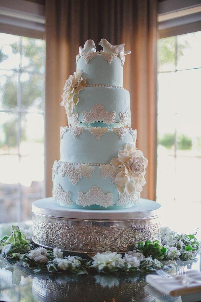 Gateau wedding cake, l'amour romantique, figurine oiseau blanche et gateau mariage bleu, original gateau pour mariage