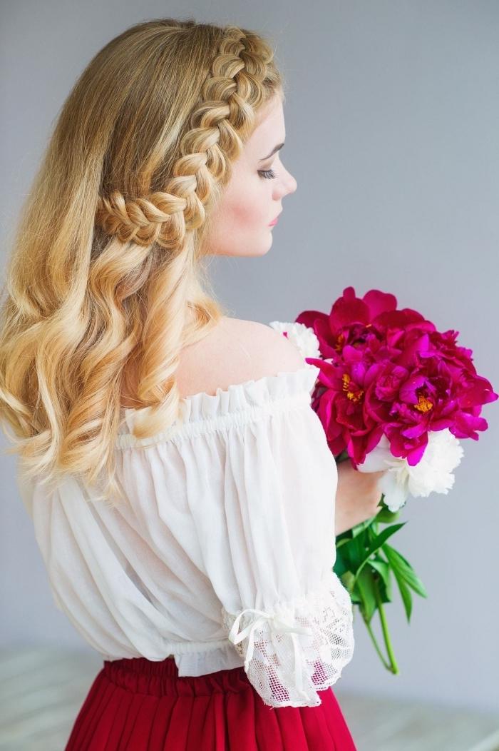 coiffure romantique avec semi couronne de tresse de côté et boucles, comment faire une coiffure princesse sur cheveux longs