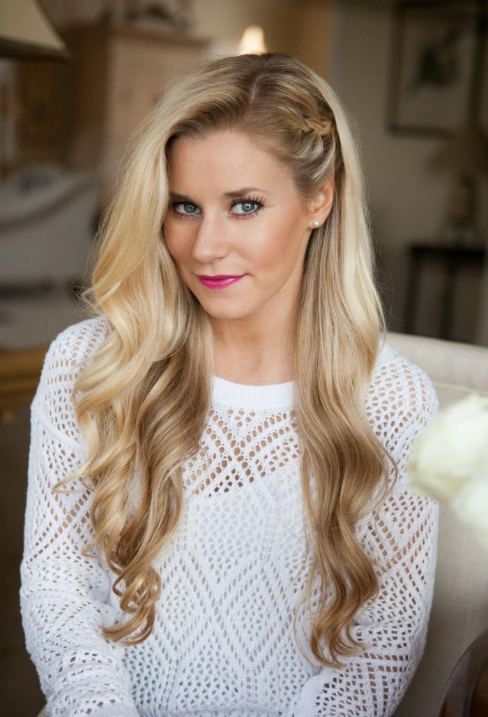 jolie coiffure de mariée aux cheveux longs et détachés avec boucles et petite tresse collée, modèle coiffure sur le côté