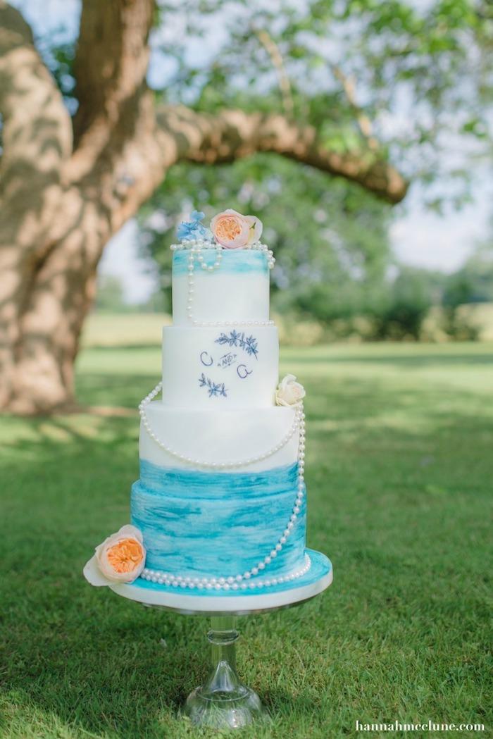 Mettre les gougeons de soutien sur un gâteau étages, gateau au chocolat dedans, fondant blanc et bleu pour decoration, idée gateau de mariage, image de gateau pour mariage