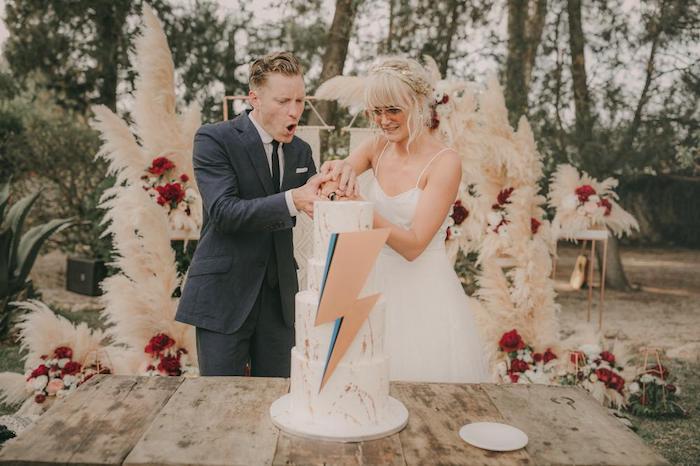 Figurine gateau de mariage geek, décoration gateau de mariage conte fantastique, the flash sign sur le gateau de mariage hippie chic
