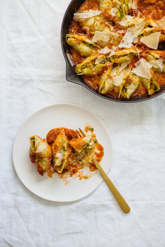 plat d'automne facile et savoureux de coquilles farcies aux saucisses italiennes de dinde, à la courge et au fromage ricotta, recette facile et rassasiante avec citrouille et pâtes