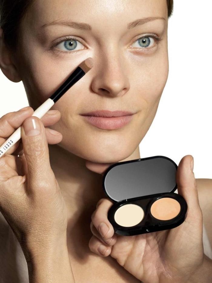 exemple comment appliquer un produit contouring en poudre, maquillage contouring facile à réaliser avec pinceau