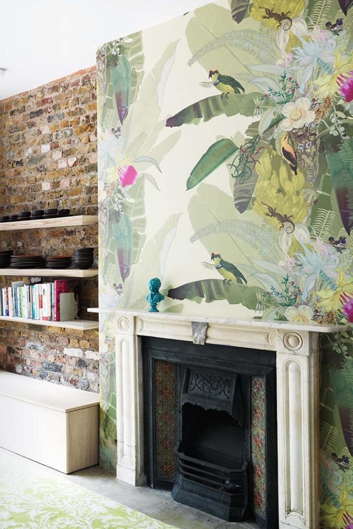 du papier peint tendance 2018 à motif jungle tropical pour habiller le coffre de la cheminée